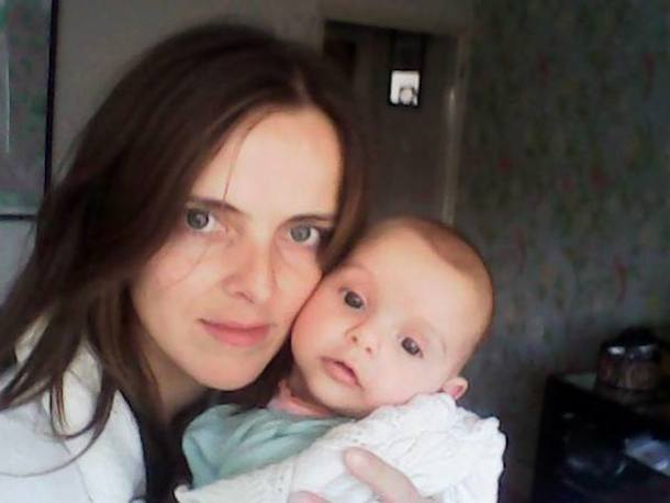 mum holding young baby - food delivery organised with Patchwork