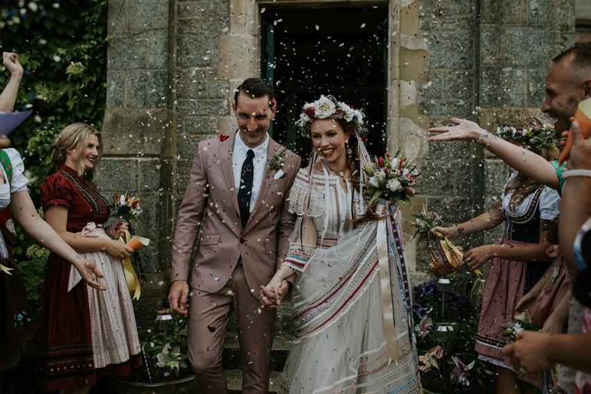 wedding-couple-confetti-